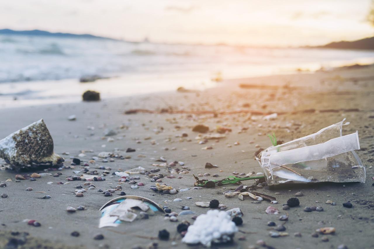 Por JCcomp | Freepik | Poluição no Mar